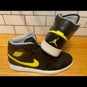 Nike Air Jordan Retro 1's mid